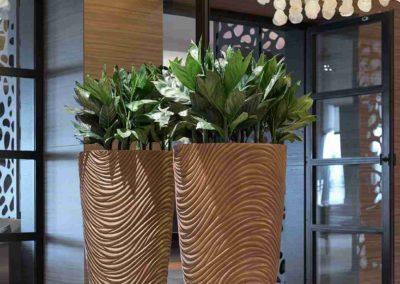 Grün und Raum Graphic Vase Large Bronze, bepflanzt mit Chamaedora metallica